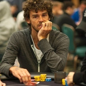 Gustavo Kuerten joga pôquer nas Bahamas