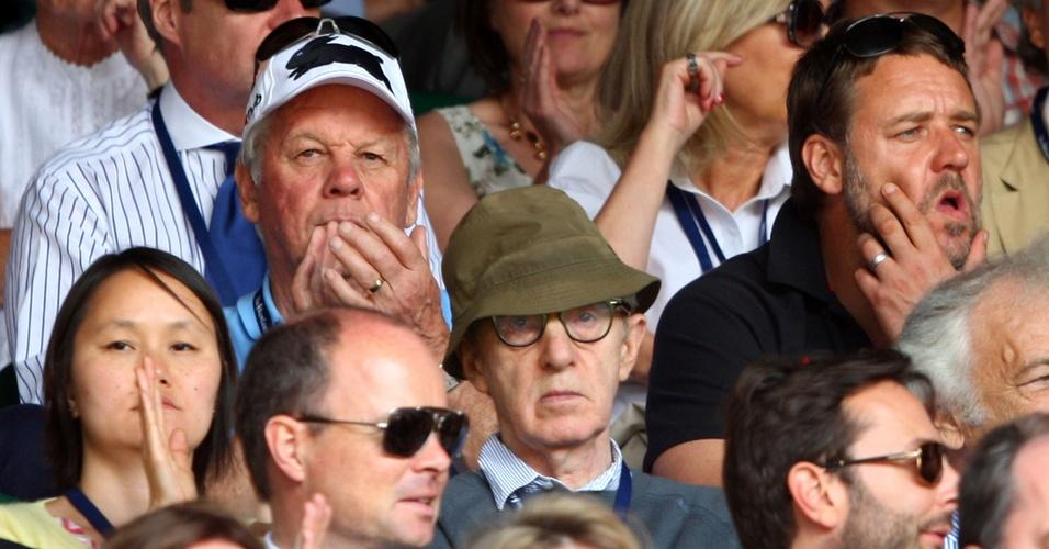 Woody Allen e Russel Crowe acompanham partida de tênis no torneio de Wimbledon, entre Roger Federer e Andy Roddick (05/07/2009)