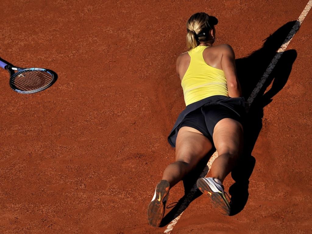 Maria Sharapova cai em quadra na partida contra Caroline Wozniacki em Roma (14/05/2011)