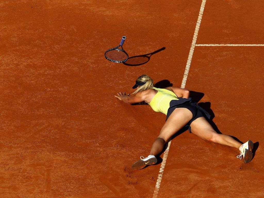 Maria Sharapova se desequilibra e cai em quadra durante a partida contra Wozniacki (14/05/2011)