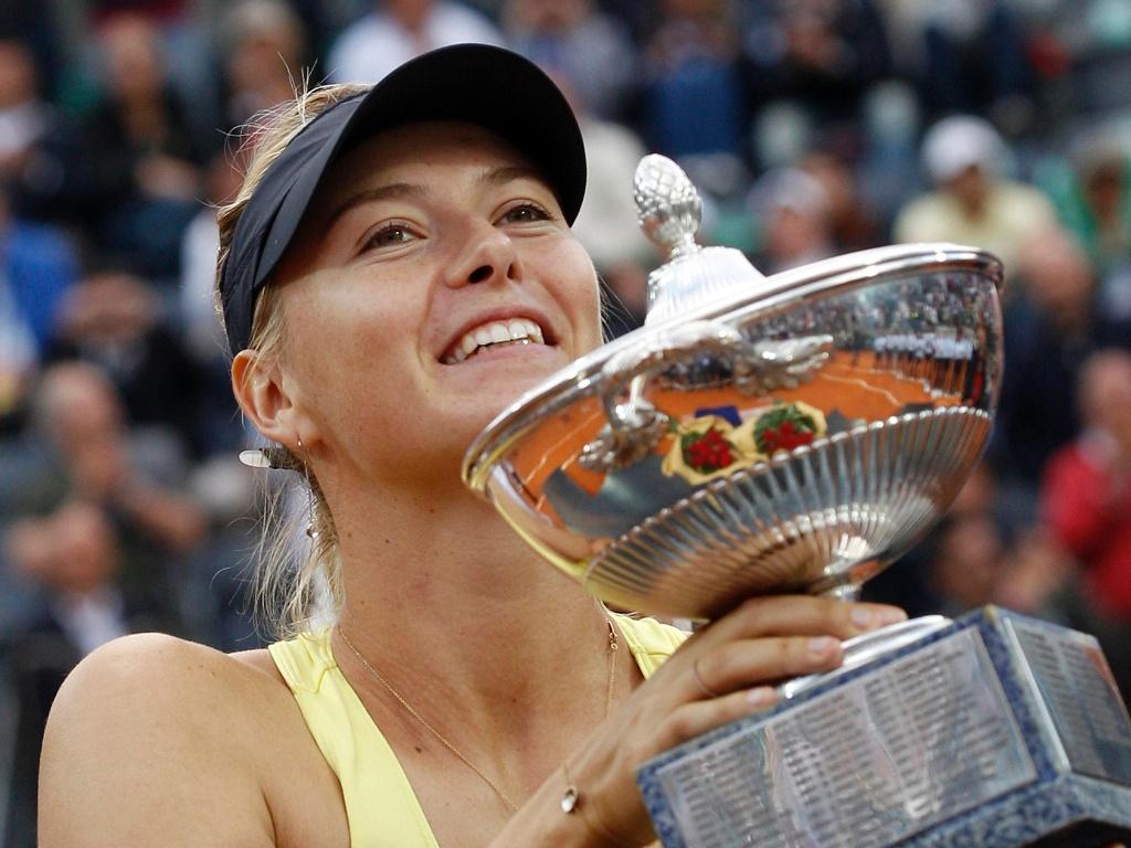 Maria Sharapova exibe troféu após conquistar o título do WTA Premier de Roma (15/05/2011)