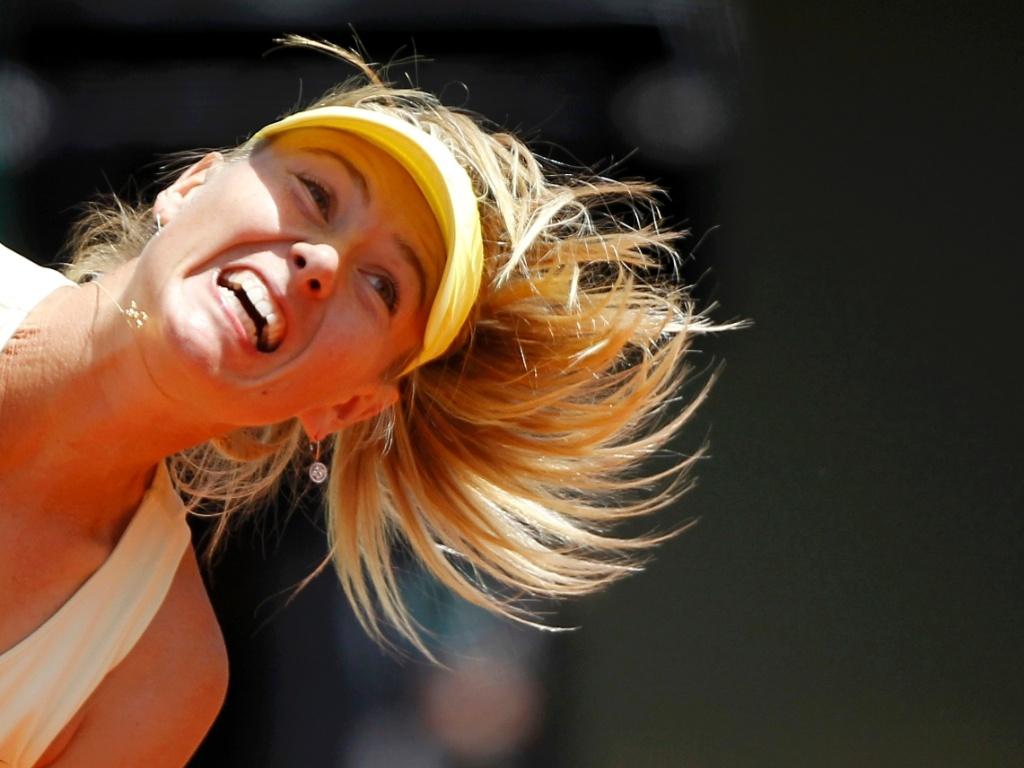Maria Sharapova faz movimento para sacar na estreia em Roland Garros (24/05/2011)