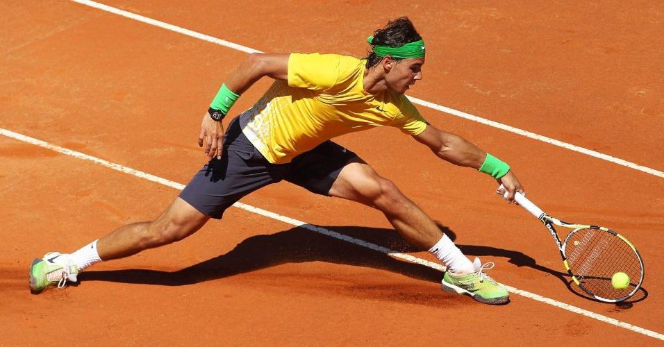 Rafael Nadal derrapa no saibro para buscar bola no Masters 1.000 de Roma (14/05/2011)