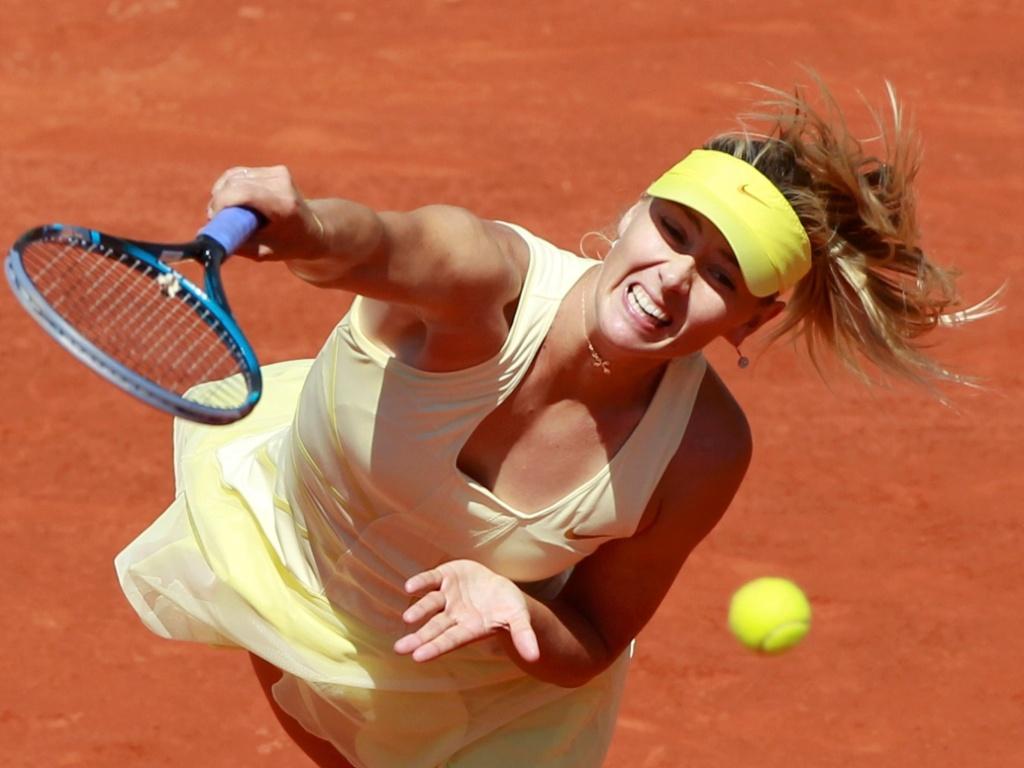 Maria Sharapova saca na partida contra a alemã Andrea Petkovic em Roland Garros (01/06/2011)