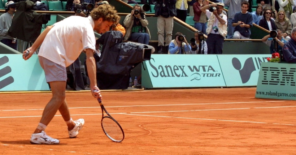 Gustavo Kuerten desenha coração na quadra após vencer Michael Russel em Roland Garros (03/06/2001)