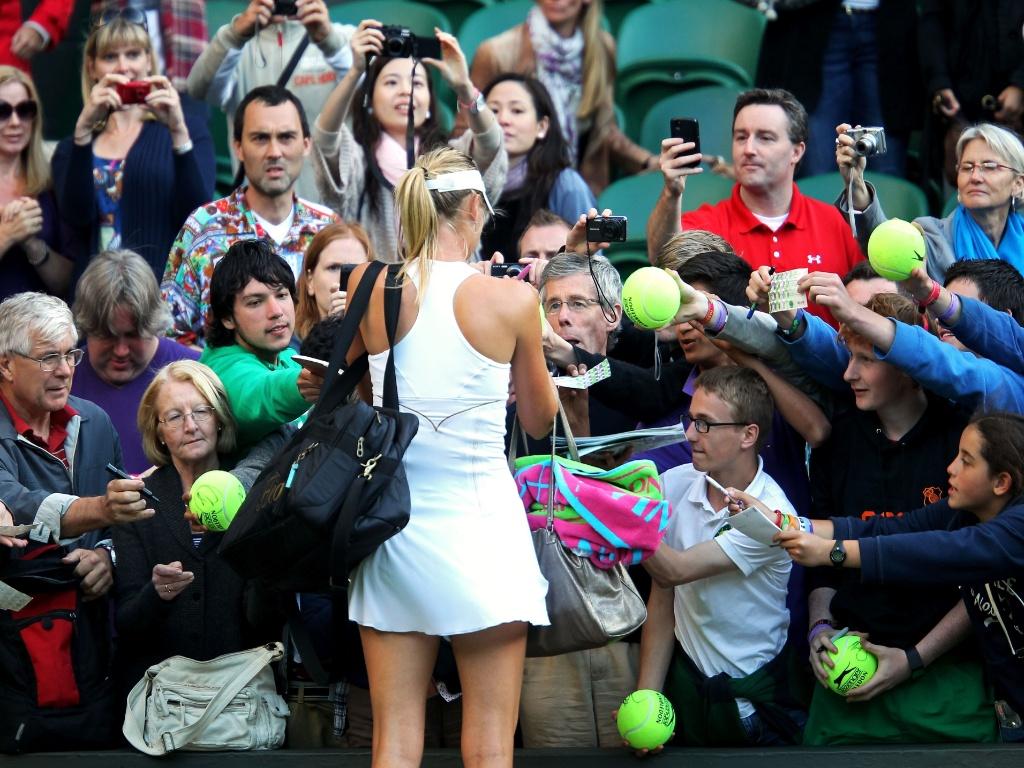 Sharapova dá autógrafos para fãs depois de vencer Anna Chakvetadze