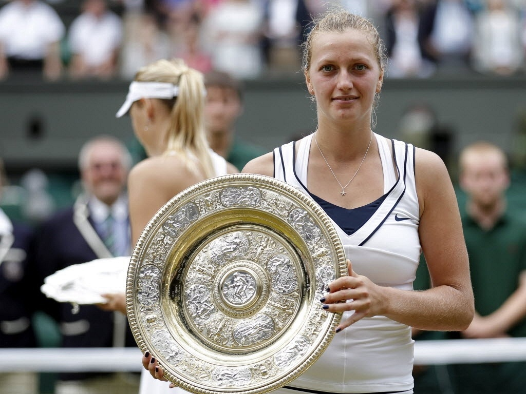 Petra Kvitova mostra troféu de Wimbledon após derrotar Maria Sharapova (02/07/2011)