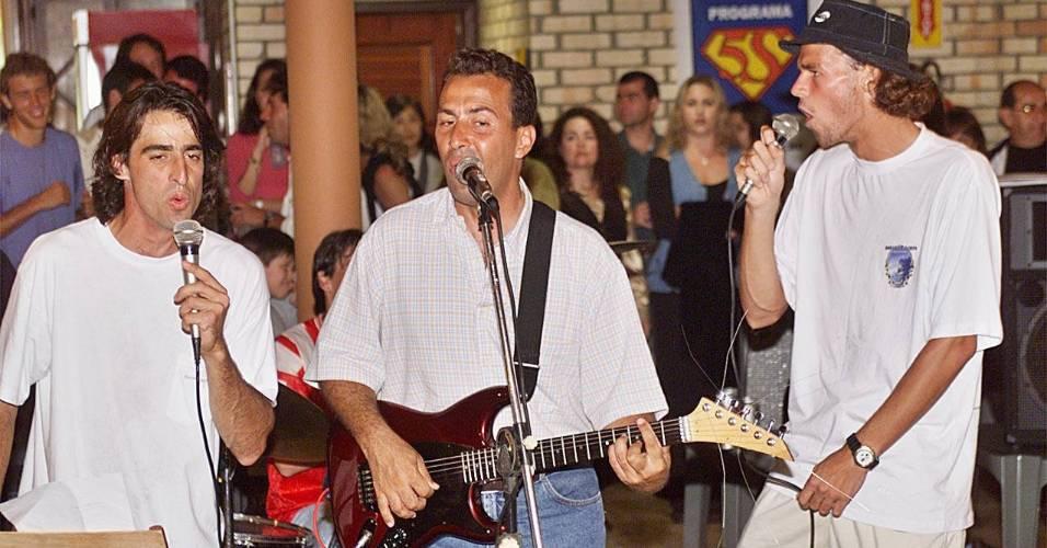 Ricardo Acioly toca guitarra acompanhado dos