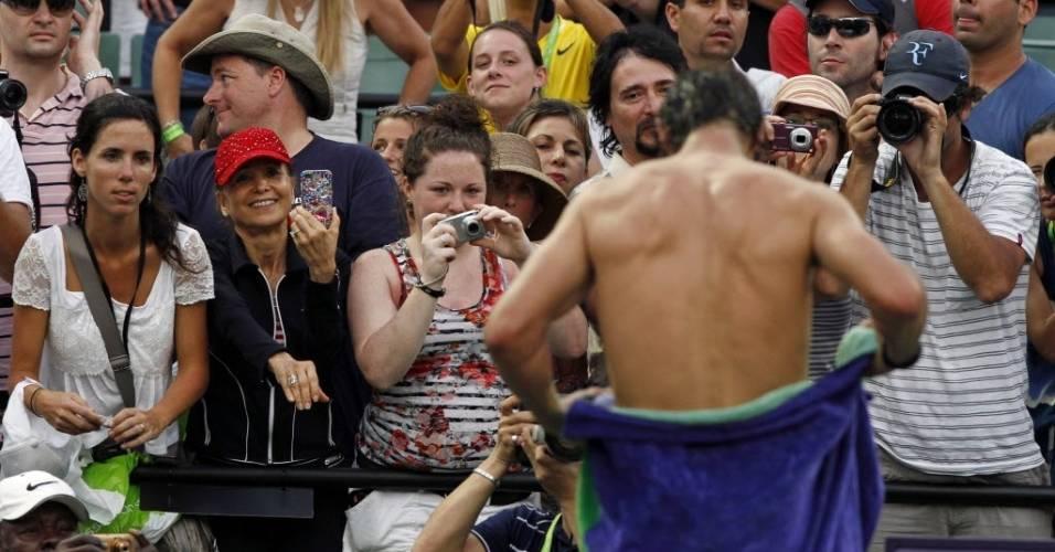 Rafael Nadal chama a atenção das mulheres na arquibancada durante o Masters 1000 de Miami (março/2011)