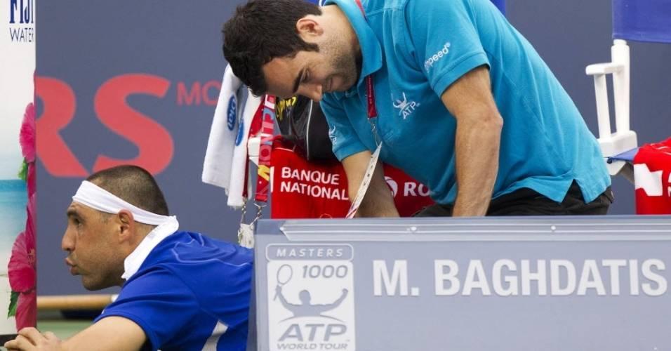 Marcos Baghdatis recebe atendimento do fisioterapeuta durante jogo contra John Isner no Masters 1000 de Montréal (10/08/2011)