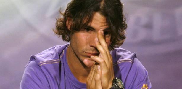 Nadal chora ao anunciar sua desistência de Wimbledon-2009 alegando lesão nos joelhos - John Voos/Reuters