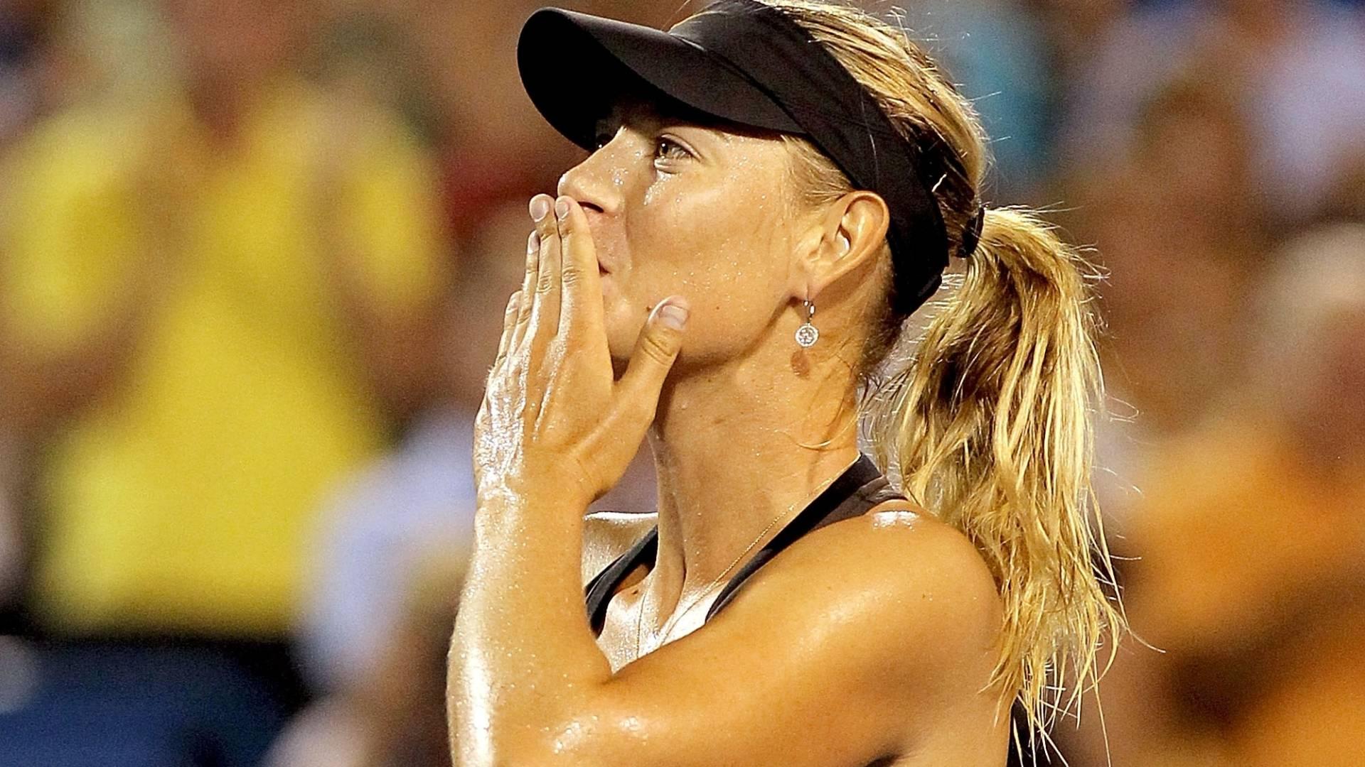 Maria Sharapova comemora vitória de virada sobre Vera Zvonareva em Cincinnati (20/08/2011)