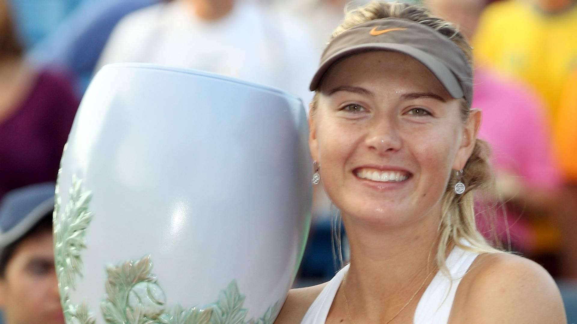 Maria Sharapova exibe troféu após conquistar o título de Cincinnati pela primeira vez (21/08/2011)