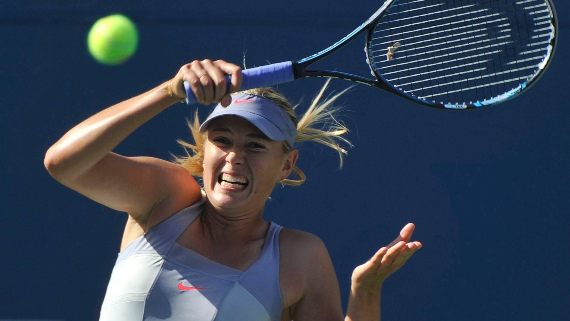 Maria Sharapova tenta ataque durante estreia vitoriosa no US Open (29/08/2011)