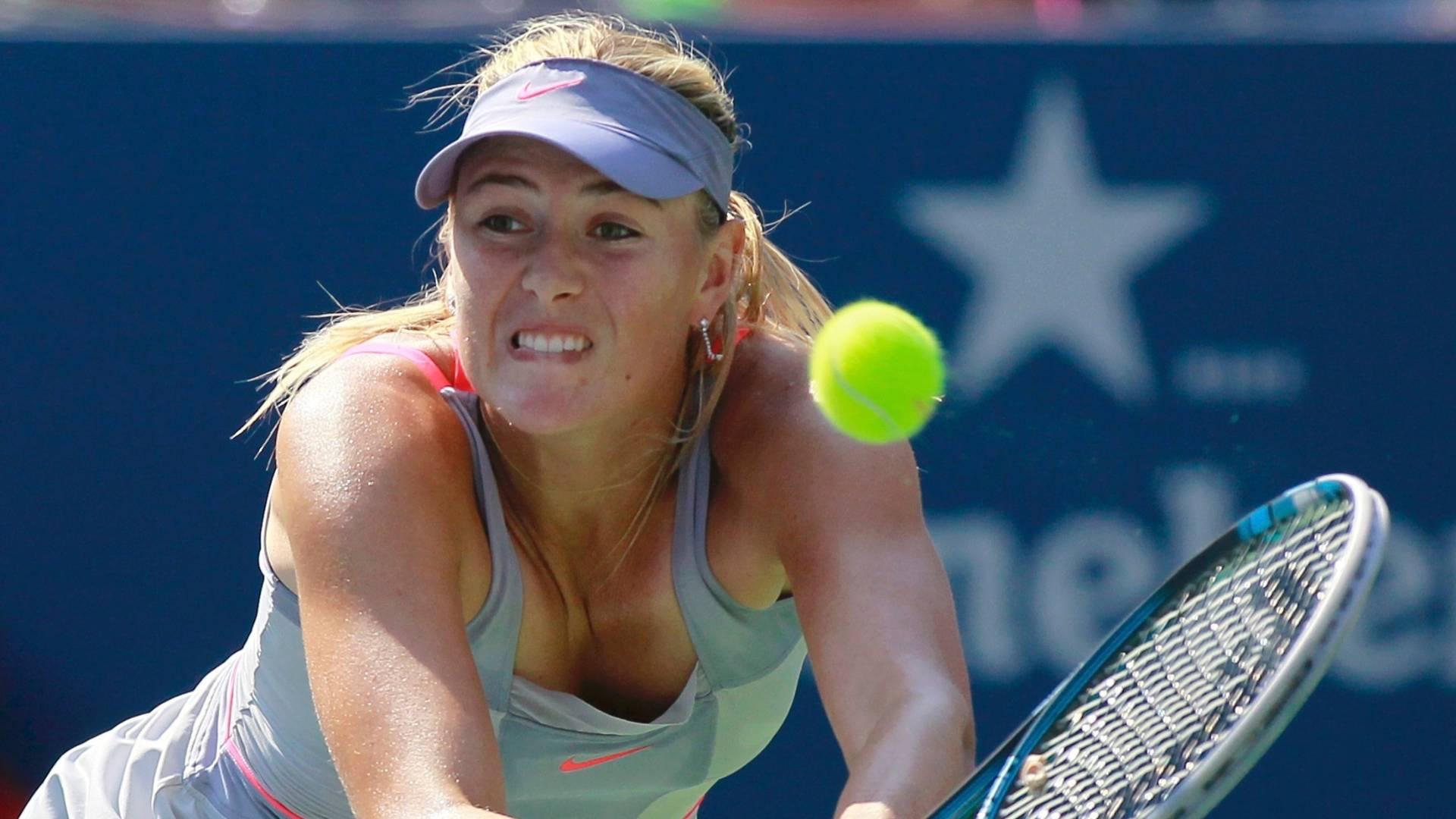 Maria Sharapova tenta defender ataque de adversária na terceira rodada do US Open (02/09/2011)