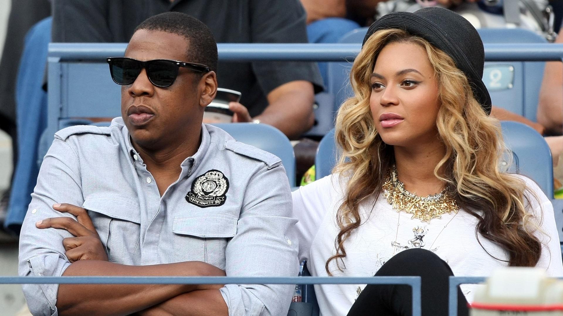 Casal de cantores Jay-Z (e) e Beyoncé acompanha a final do Aberto dos EUA entre Rafael Nadal e Novak Djokovic (12/09/2011)