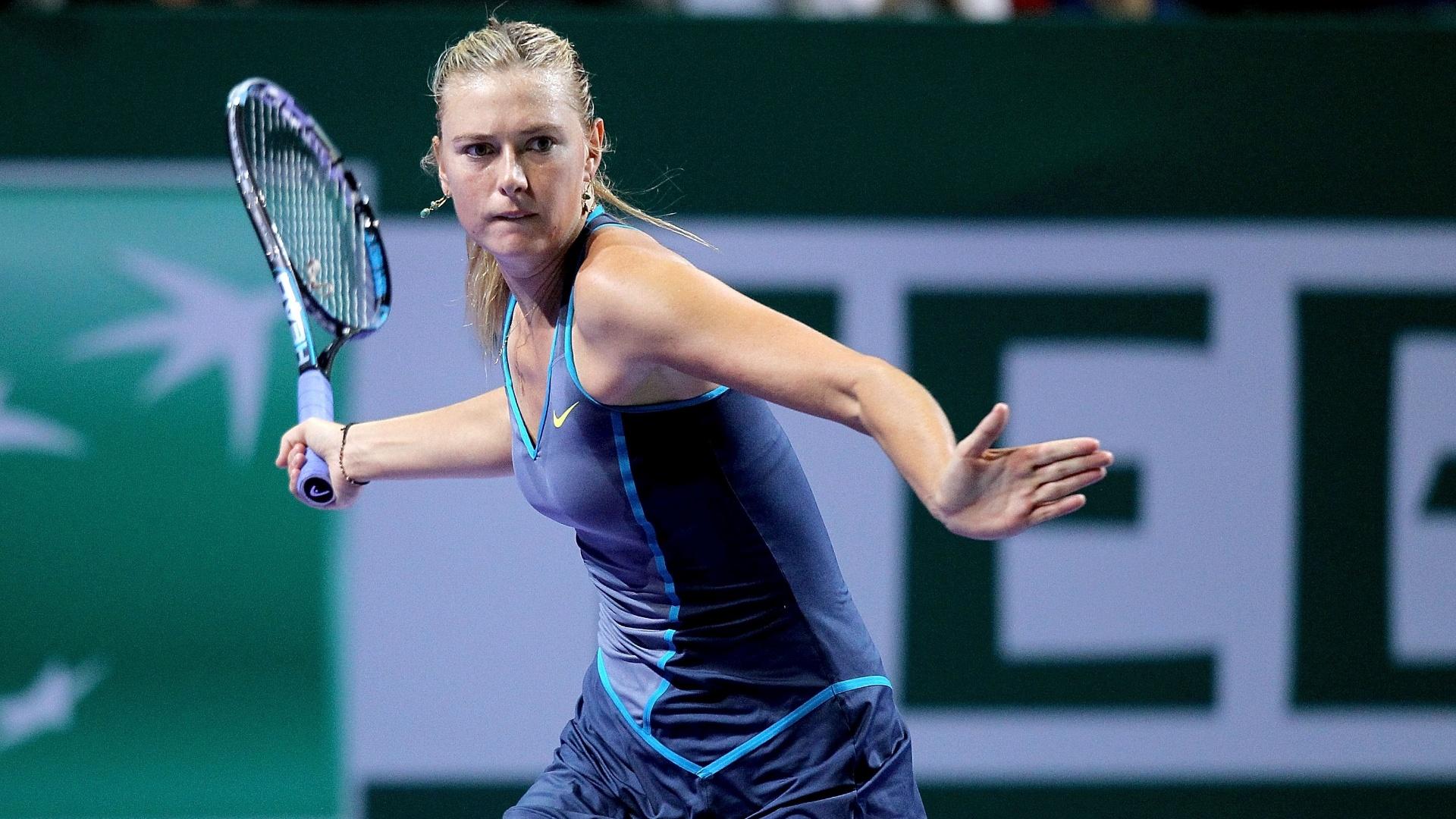 Maria Sharapova se concetra para bater de direita em jogo do WTA Championships, em Istambul