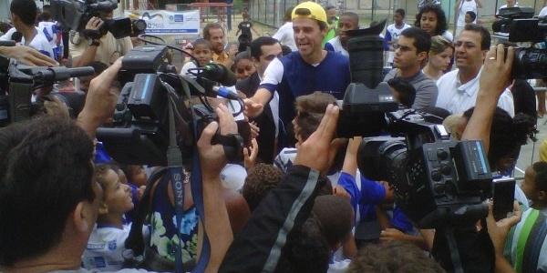 Gustavo Kuerten é recepcionado por crianças em visita à UPP da Mangueira no Rio de Janeiro (17/11/2011)