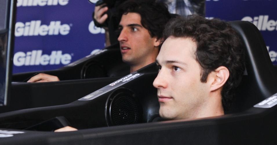 Bruno Senna e Thomaz Bellucci disputam corrida em um simulador de Fórmula 1 no Ibirapuera (20/11/2011)