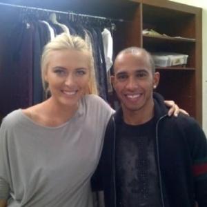 Maria Sharapova e Lewis Hamilton posam juntos em intervalo de campanha publicitária