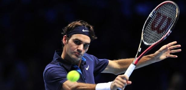 Roger Federer rebate a bola durante a partida contra Mardy Fish, em Londres