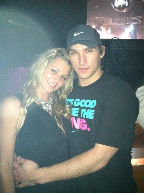 Maria Kirilenko posa para foto com o novo namorado, o jogador de hóquei Alex Ovechkin do Washington Capitals (30/11/2011)