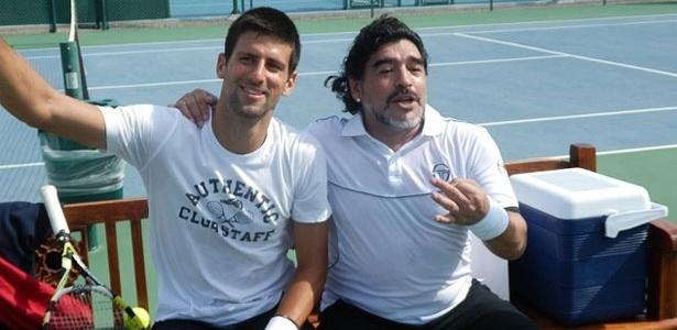 Novak Djokovic (e) e Diego Maradona se encontram durante um treino do tenista em Abu Dhabi