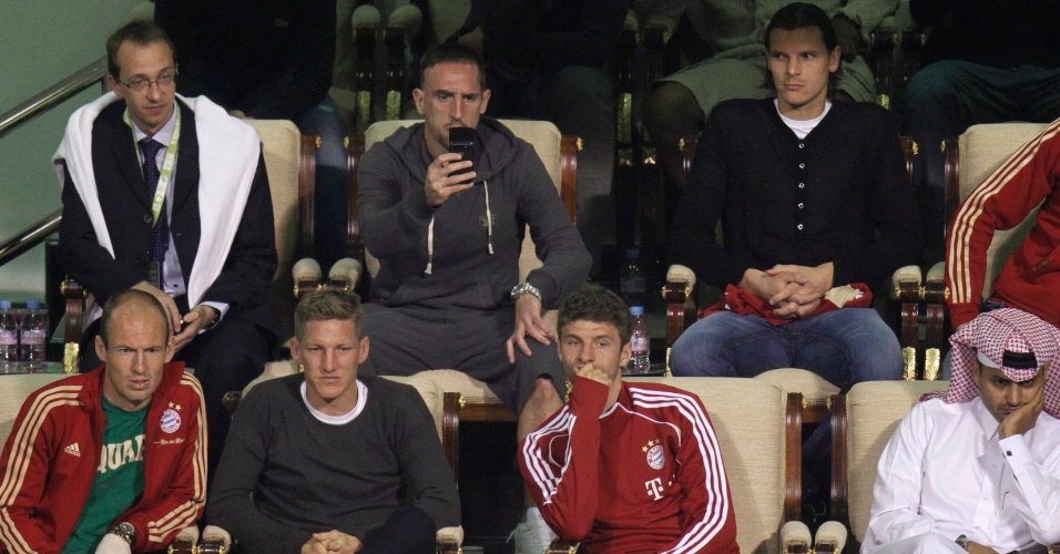 Arjen Robben, Bastian Schweinsteiger, Thomas Mueller, Franck Ribery e Daniel van Buyten, jogadores do Bayern de Munique, assistem à vitória de Gael Monfils sobre Rafael Nadal em Doha. Foto de 06/01/2012