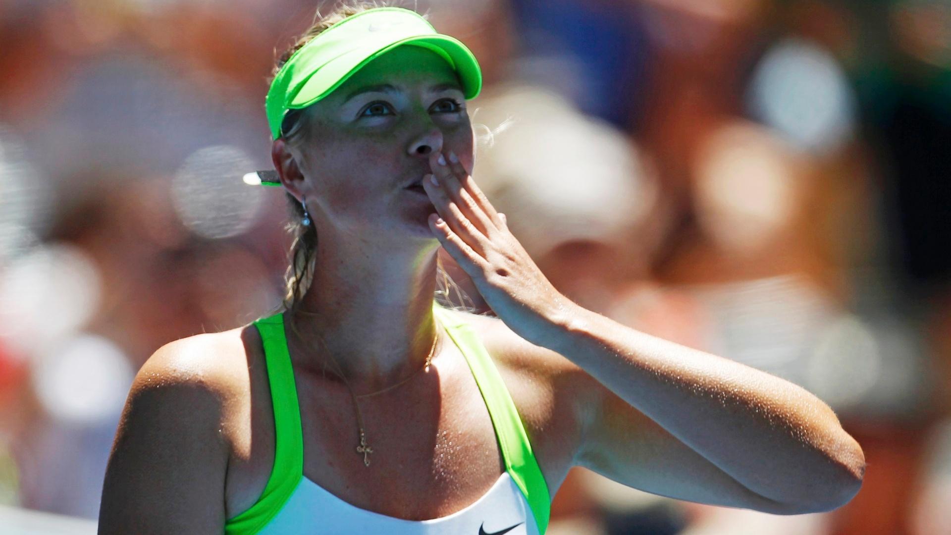 Maria Sharapova manda beijo para a torcida após vitória no Aberto da Austrália (17/01/2012)