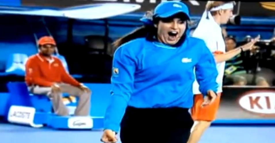 Pegadora de bola tira barata de quadra durante jogo do Aberto da Austrália de tênis (19/01/2012)