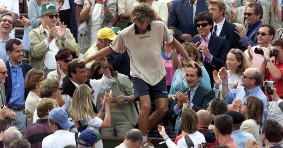 Gustavo Kuerten invade a arquibancada de Roland Garros para abraçar o técnico Larri Passos (de boné amarelo) - 11/06/2000