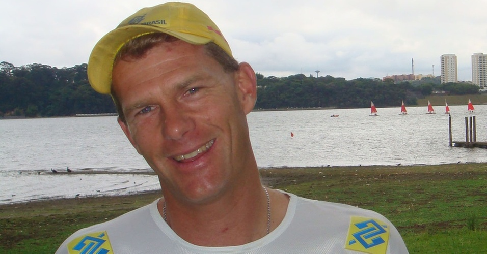 Robert Scheidt em frente à represa Guarapiranga no Yatch Club de Santo Amaro