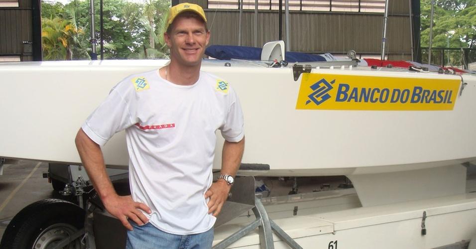 Robert Scheidt posa ao lado de seu barco no Yatch Club Santo Amaro, em São Paulo