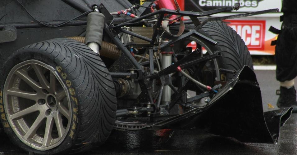 Pneus no carro de Gustavo Sondermann aparecem invertidos em foto tirada após o acidente que matou o piloto durante etapa da Copa Montana (03/04/2011)