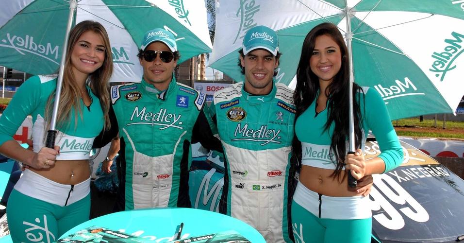 Marcos Gomes e Xandinho Negrão posam com grid girls antes da etapa de Ribeirão Preto da Stock Car