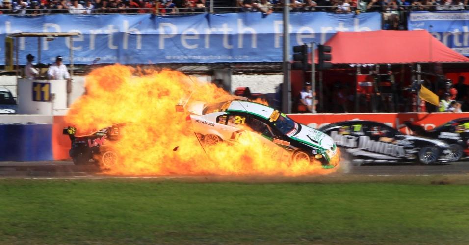 Piloto australiano Karl Reindler sofre grave acidente no campeonato local de turismo (01/05/2011)