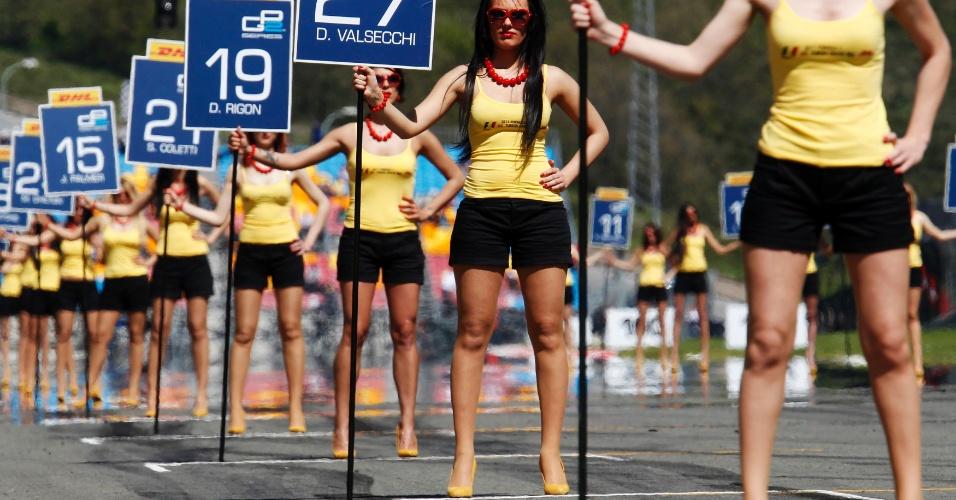 Garotas seguram placas com nome de pilotos antes da largada da etapa da Turquia da GP2