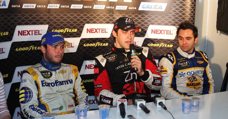 Átila Abreu (c) concede entrevista ao lado de Ricardo Maurício (e) e Antonio Pizzonia (d) em Ribeirão Preto (06/06/2010)