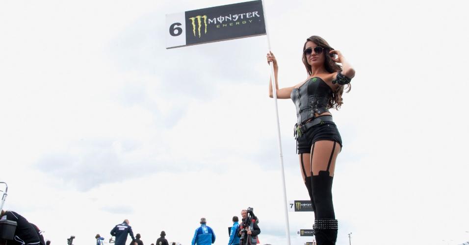 Beldade mostra a placa no grid de largada do circuito de Le Mans, na França, no MotoGP