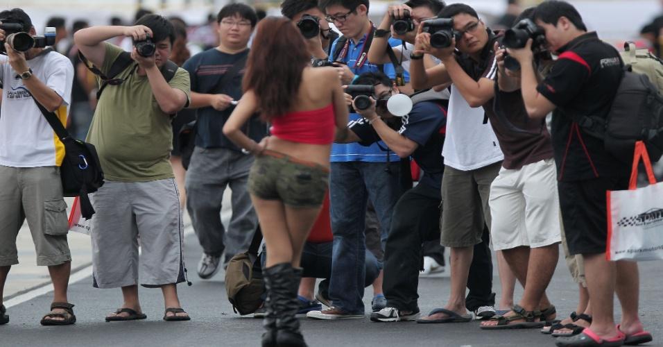 Espectadores fotografam uma das grid girls durante um qualificatório da Fórmula Drift Asia, em Cingapura