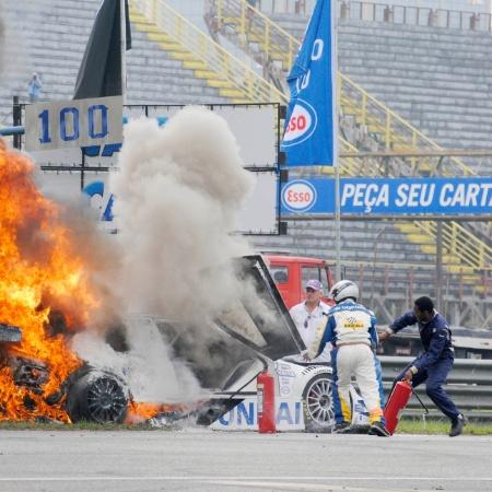 Carro de Tuka Rocha pegou fogo durante etapa da Stock Car em 2011; piloto saltou do veículo em movimento, mas passou dois dias na UTI -  Marcos Velloso/Photocamera