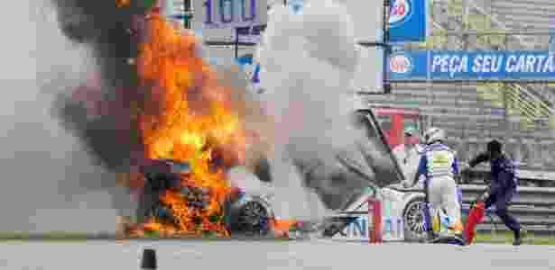 Tuka Rocha saltou do carro em movimento durante corrida da Stock Car em 2011 -  Marcos Velloso/Photocamera -  Marcos Velloso/Photocamera