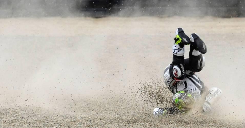 Piloto espanhol Toni Elias cai da moto e vai parar da caixa de brita durante treino para o GP de Laguna Seca, na Califórnia