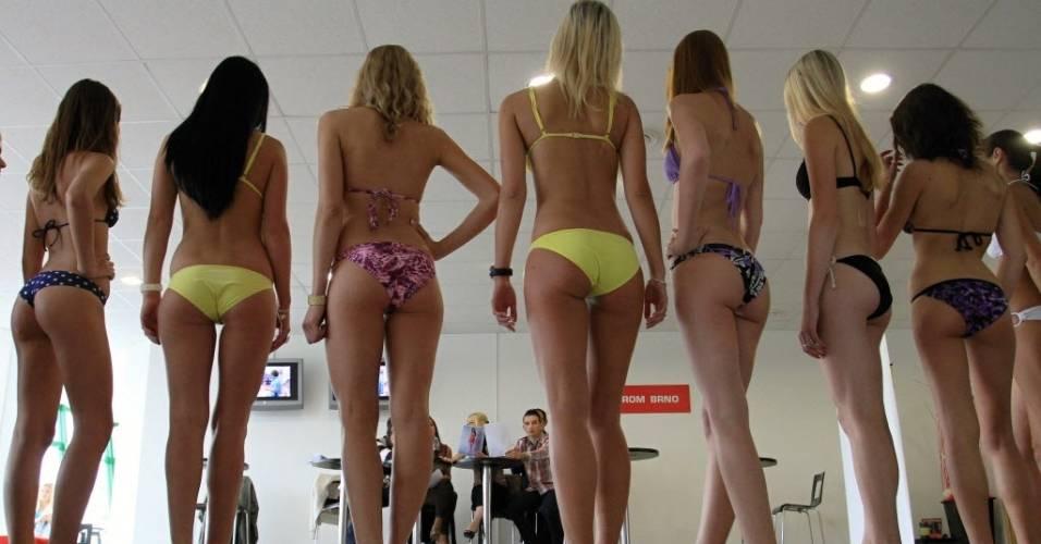 Concorrentes às vagas de grid girls da etapa da República Tcheca da MotoGP são avaliadas por banca examinadora (29/07/2011)