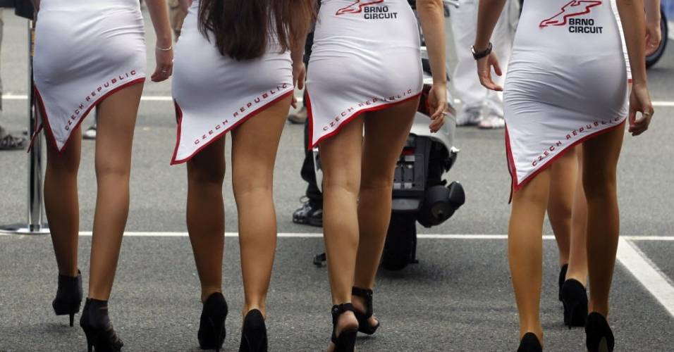 Garotas do grid caminham no circuito de Brno durante a etapa da República Tcheca da MotoGP