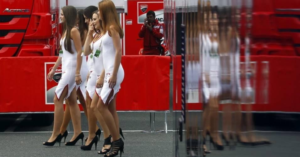 Grid girls passeiam pelo circuito de Brno durante os treinos para a etapa da República Tcheca da MotoGP