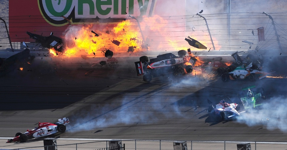 Acidente envolve 15 carros na Fórmula Indy neste domingo (16/10/11); entre eles, Dan Wheldon, que não resistiu aos ferimentos e morreu