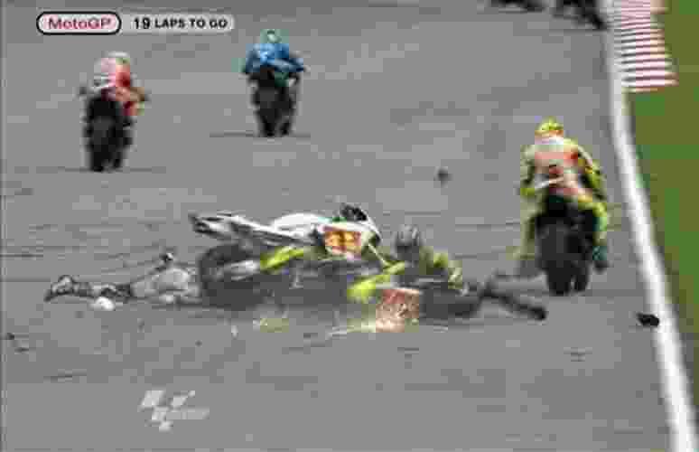 Marco Simoncelli sofre grave acidente durante o GP da Malásia de MotoGP (23/10/2011) - Reprodução/TV
