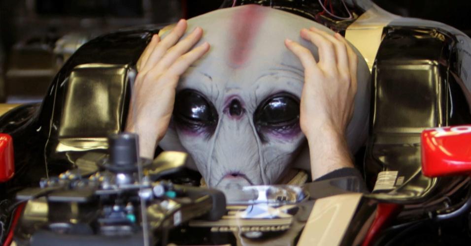 Bruno Senna experimenta um capacete com o rosto de um alien em Interlagos