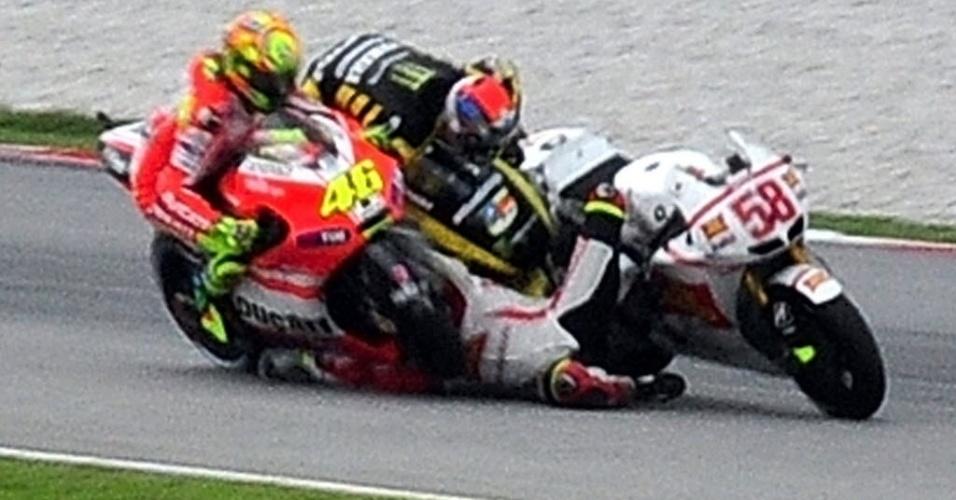 Valentino Rossi (e), Colin Edwards e Marco Simoncelli (c) colidem no circuito de Sepang, em prova da MotoGP em outubro. Marco Simoncelli morreu no acidente, em que sua moto deslizou pela pista e não deu chance aos outros pilotos de desviarem (23/10/2011)